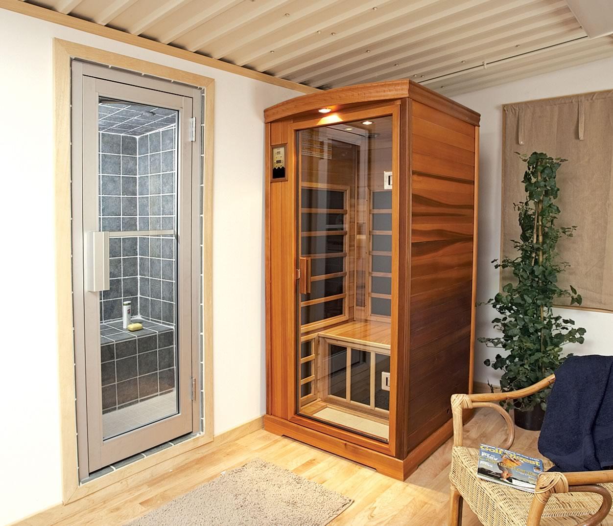 Стеклянная дверь для сауны в деревянной раме
