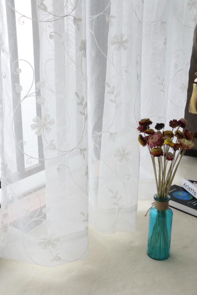 Тюль с растительным рисунком в гостиной