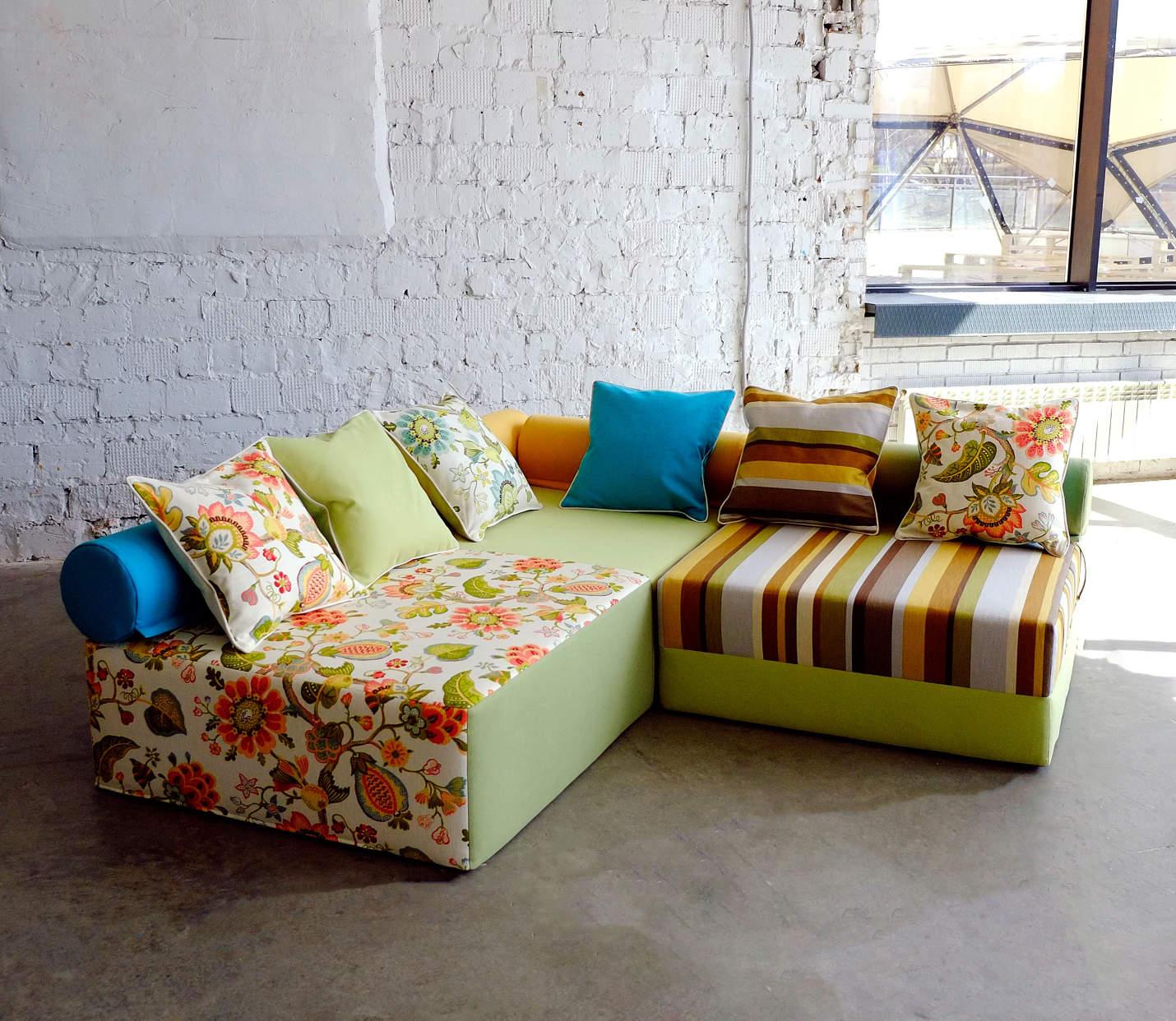 Разноцветный бескаркасный диван