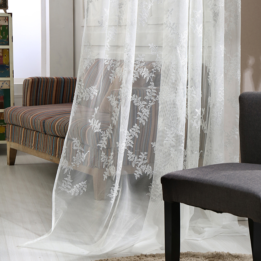 Тюль с рисунком в гостиной