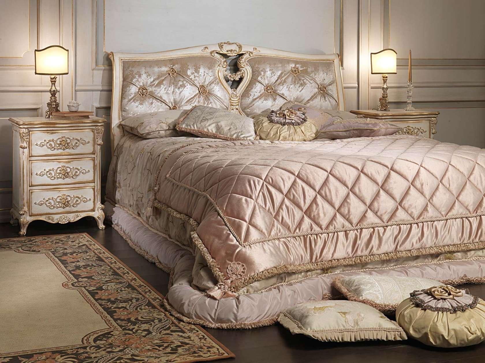 Резная кровать в стиле рококо