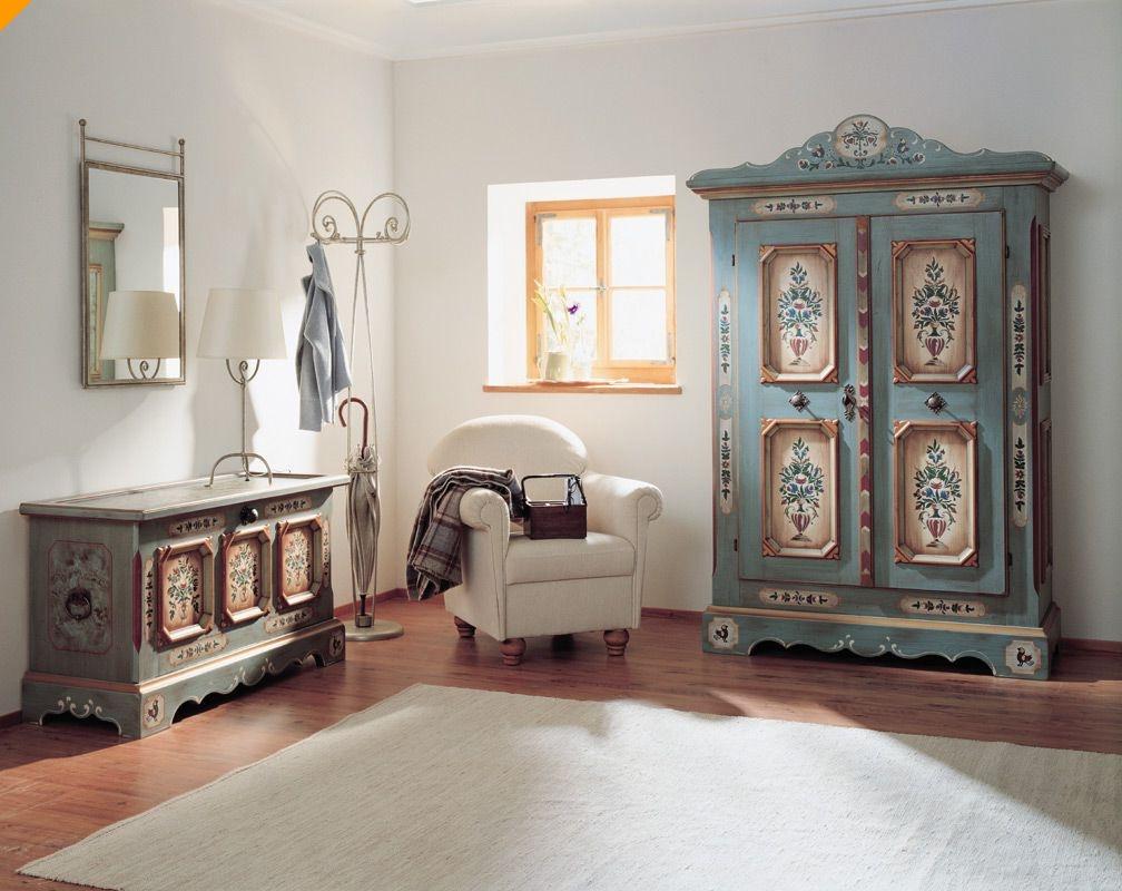 Расписная мебель из массива дерева в гостиной