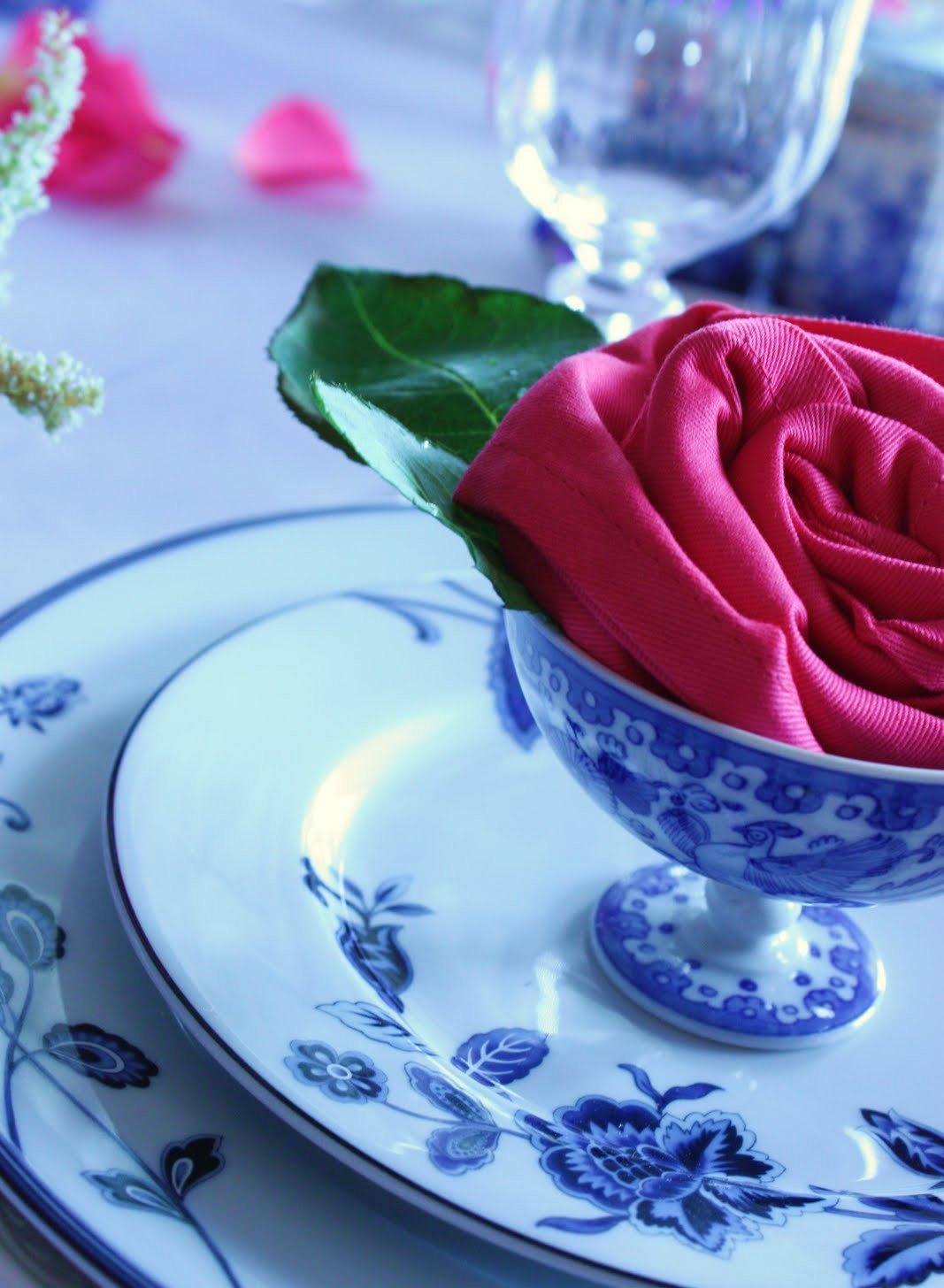Роза из салфеток на праздничном столе