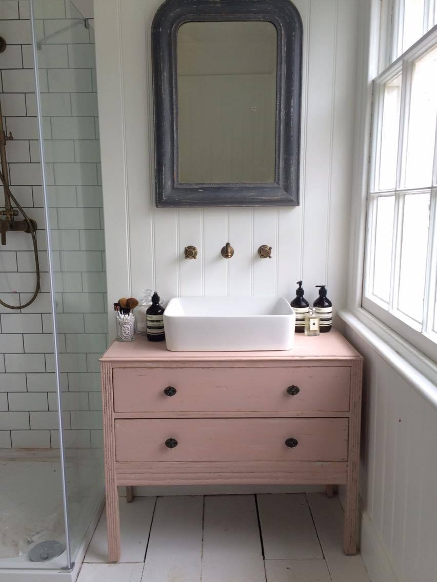 Розовый комод в ванную