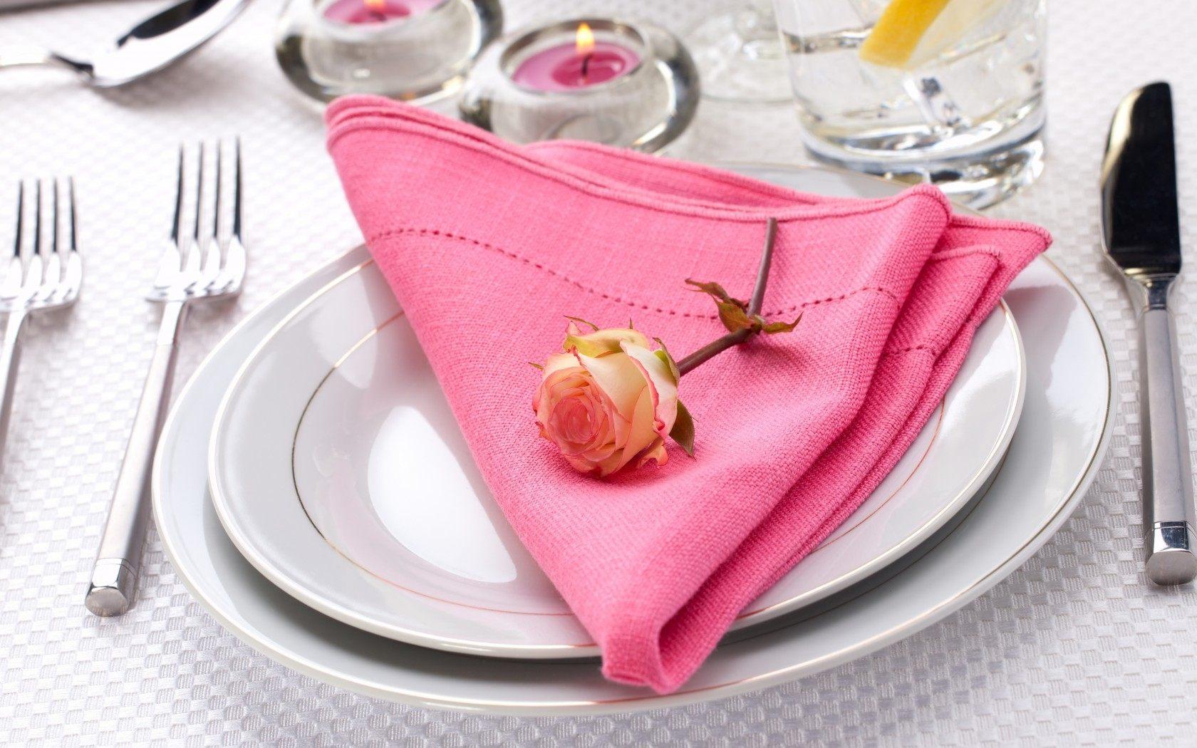 Украшение стола розовой салфеткой