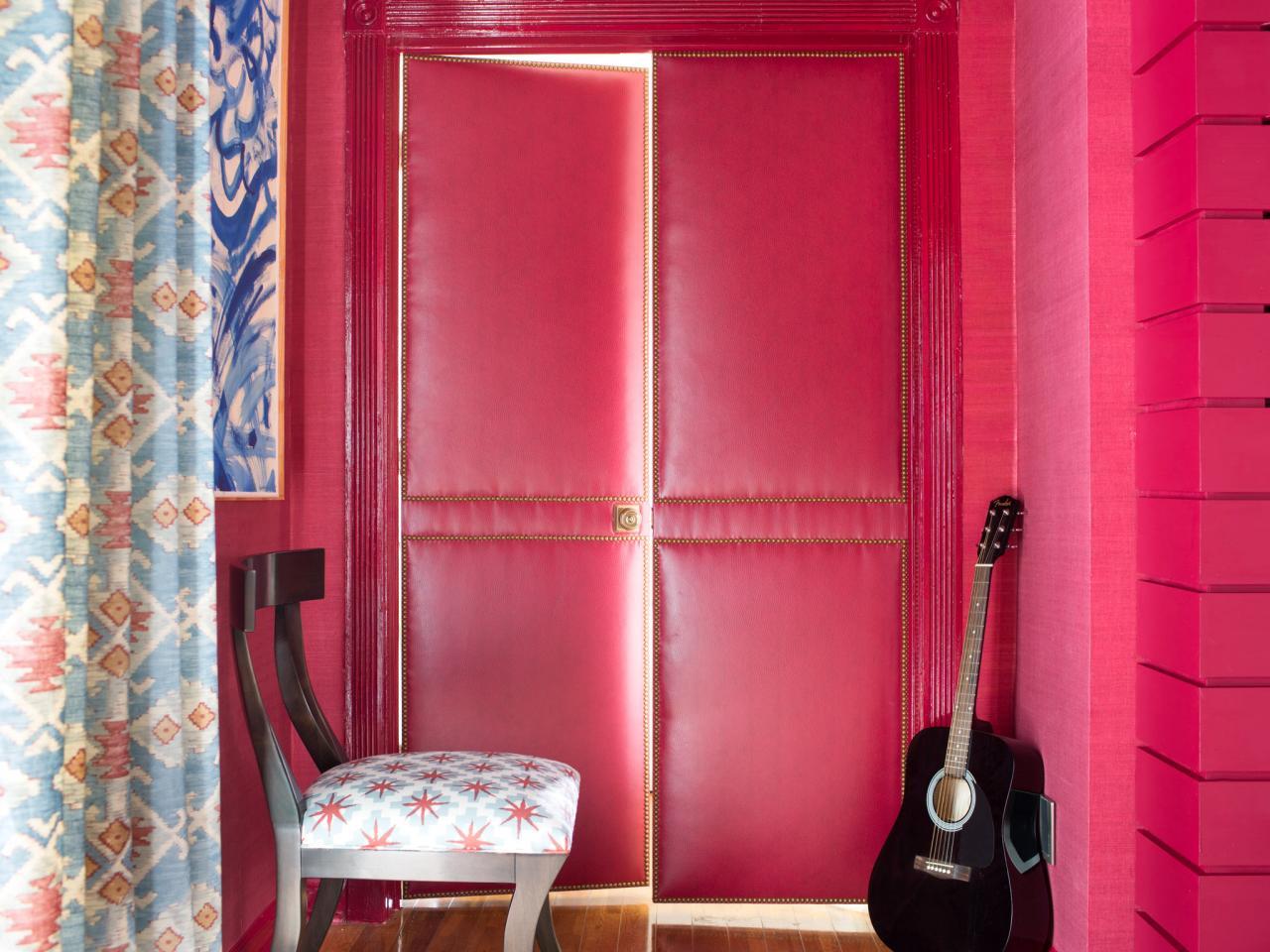 Двустворчатая розовая дверь с мягкой обивкой