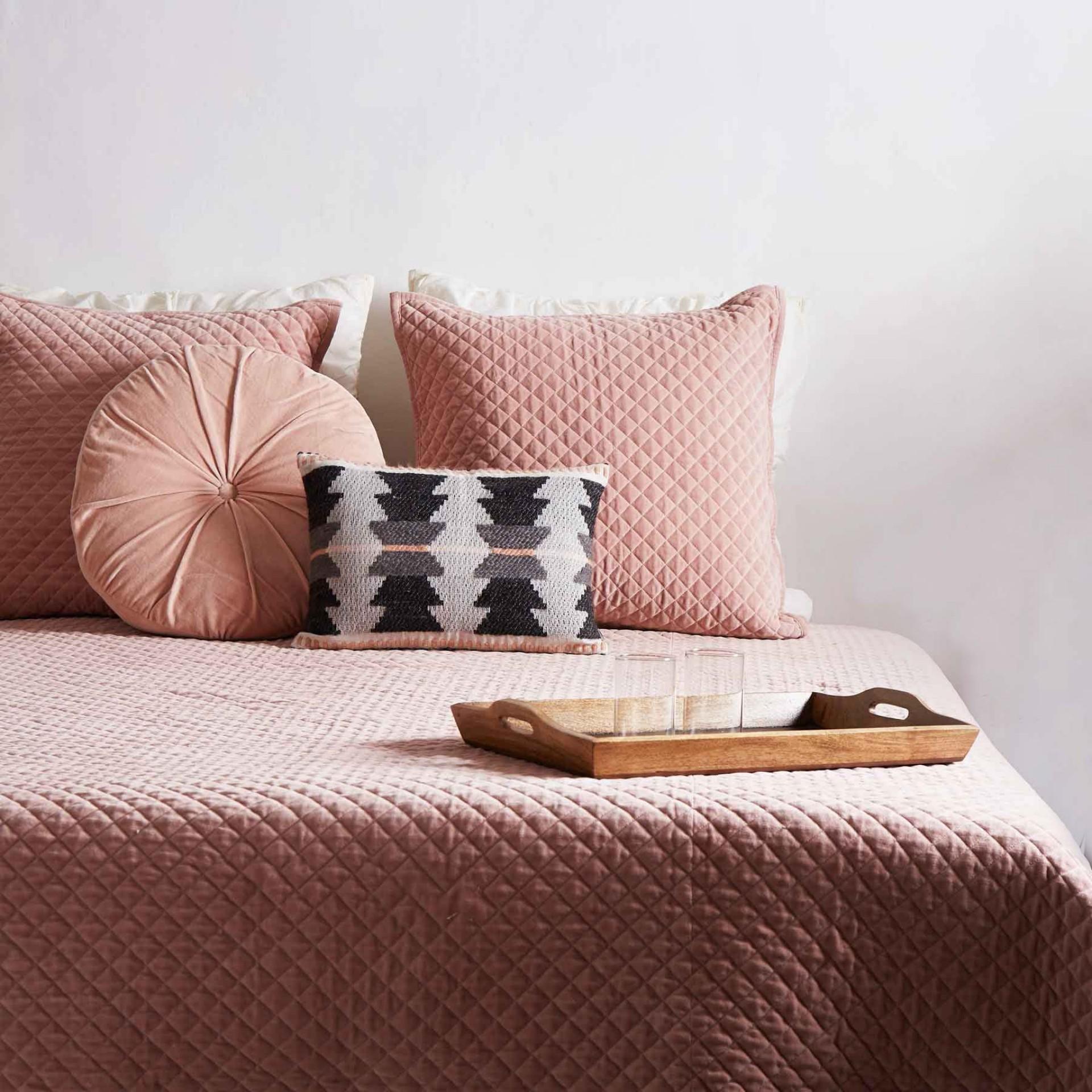 Розовое покрывало на кровать