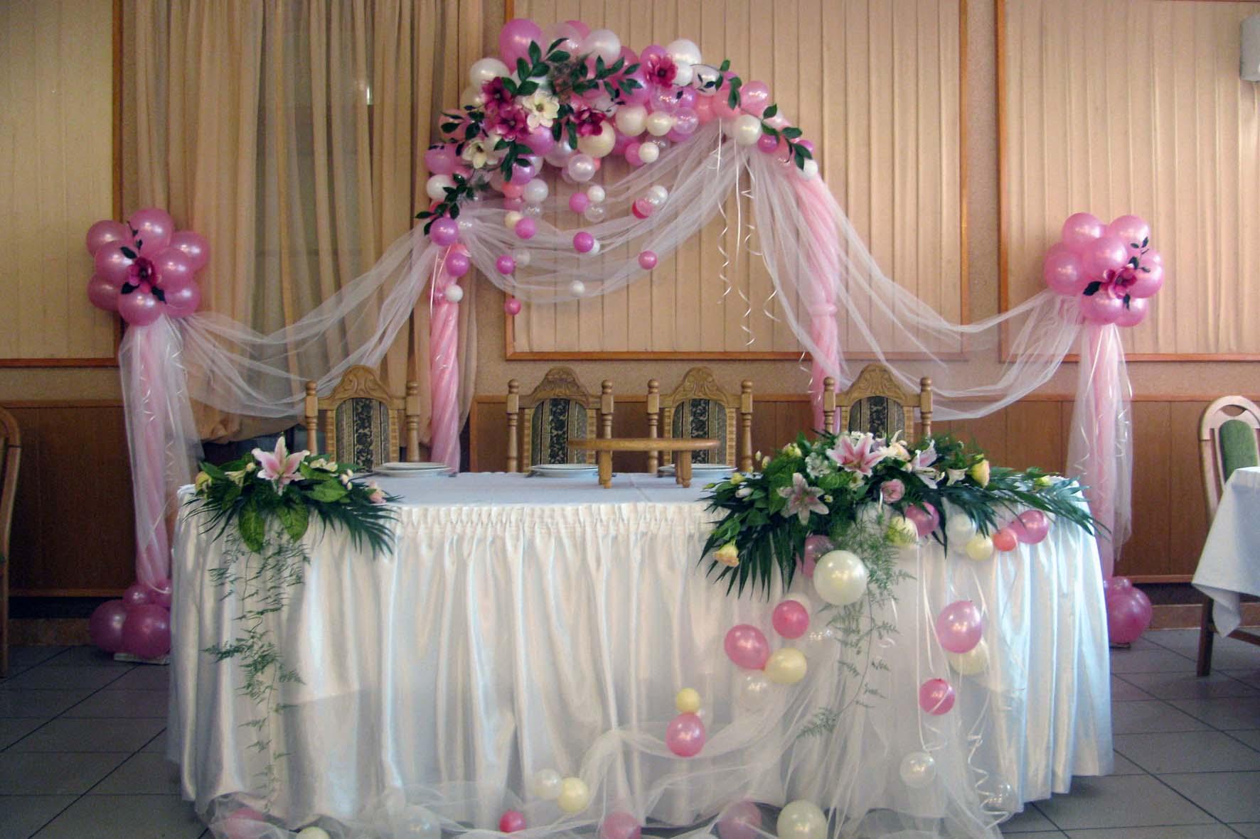 Декор из розовых шаров