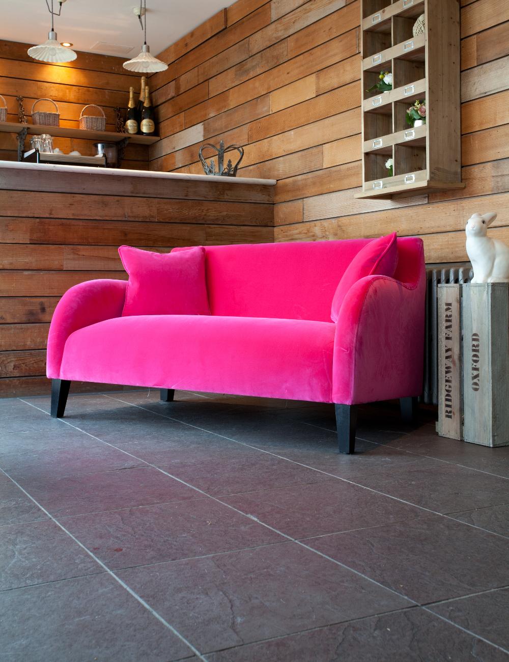 Розовый велюровый диван