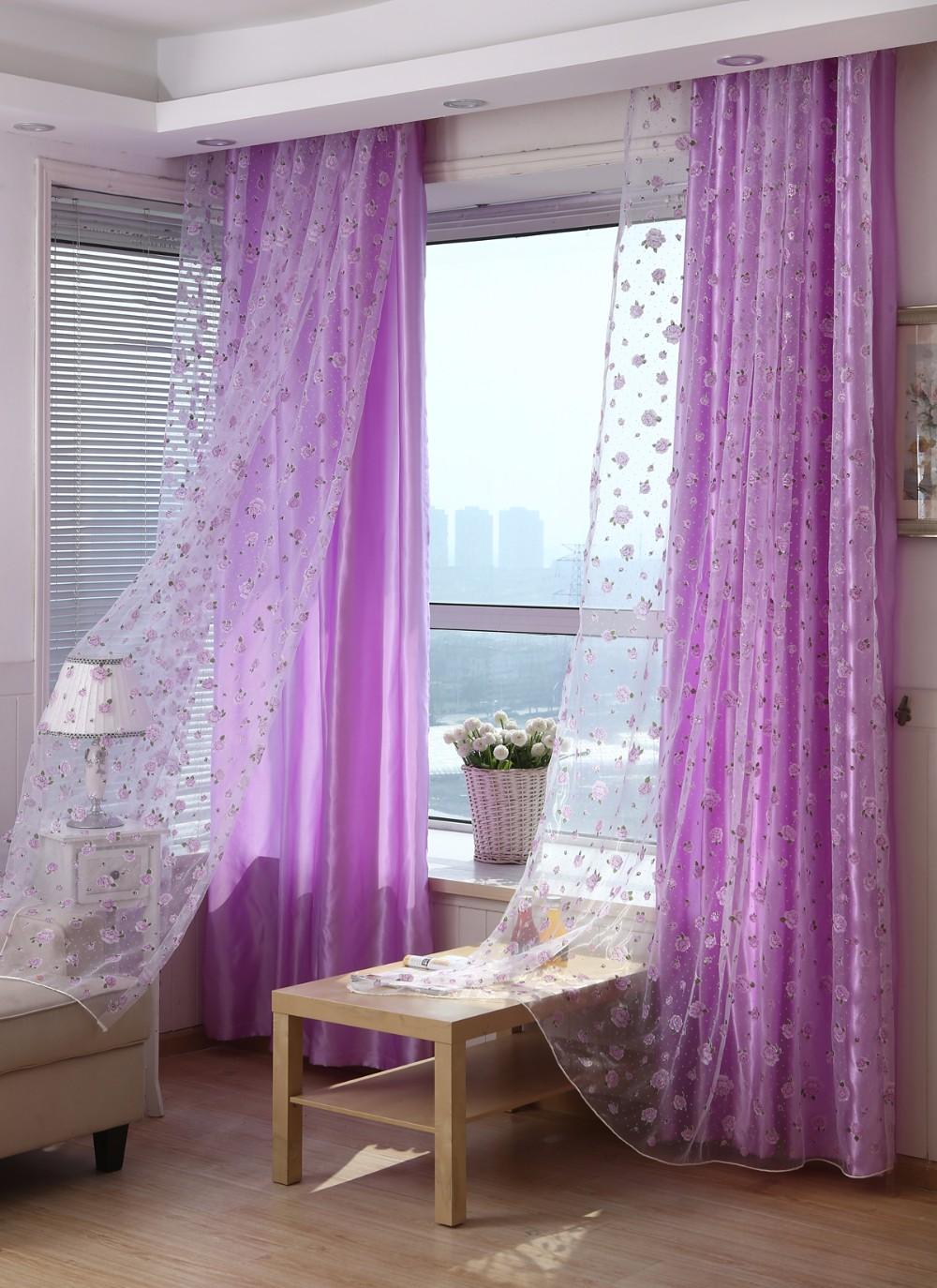 Тюль с розами в гостиной