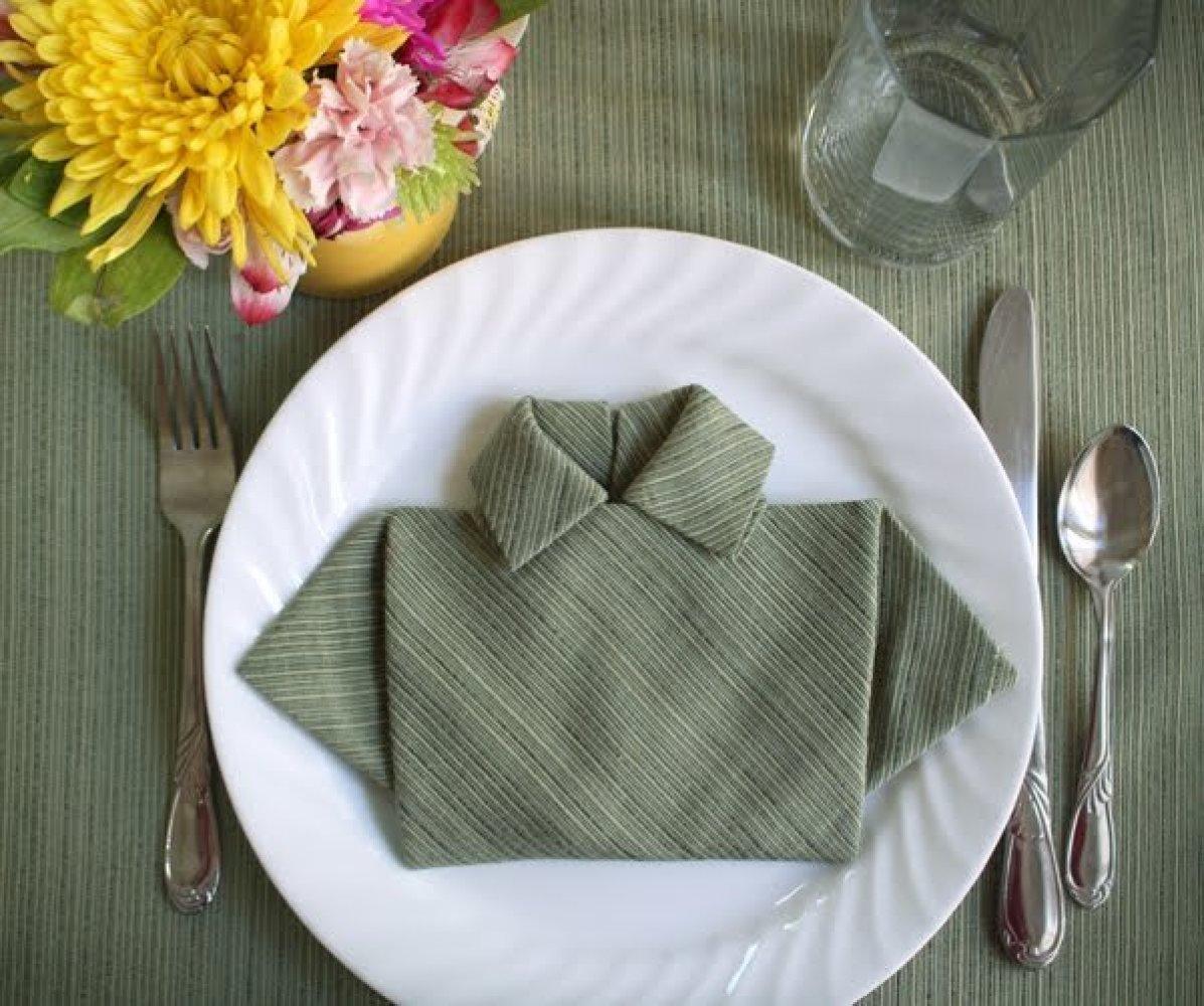 Рубашка из салфетки на столе