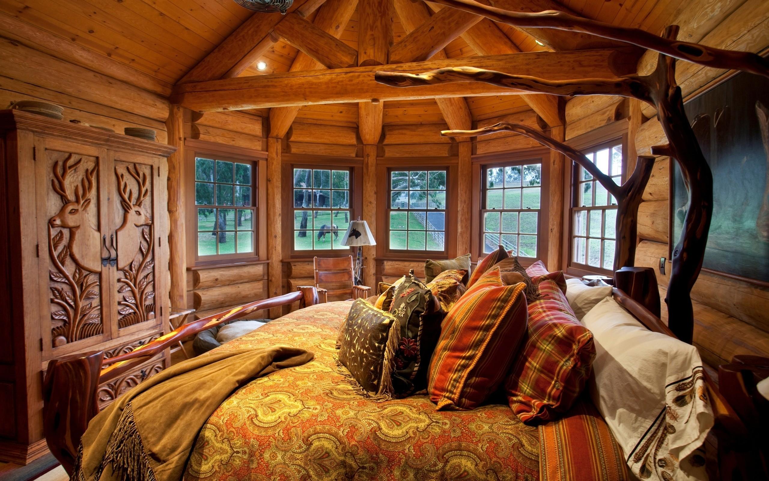 Резная кровать в рустикальном стиле