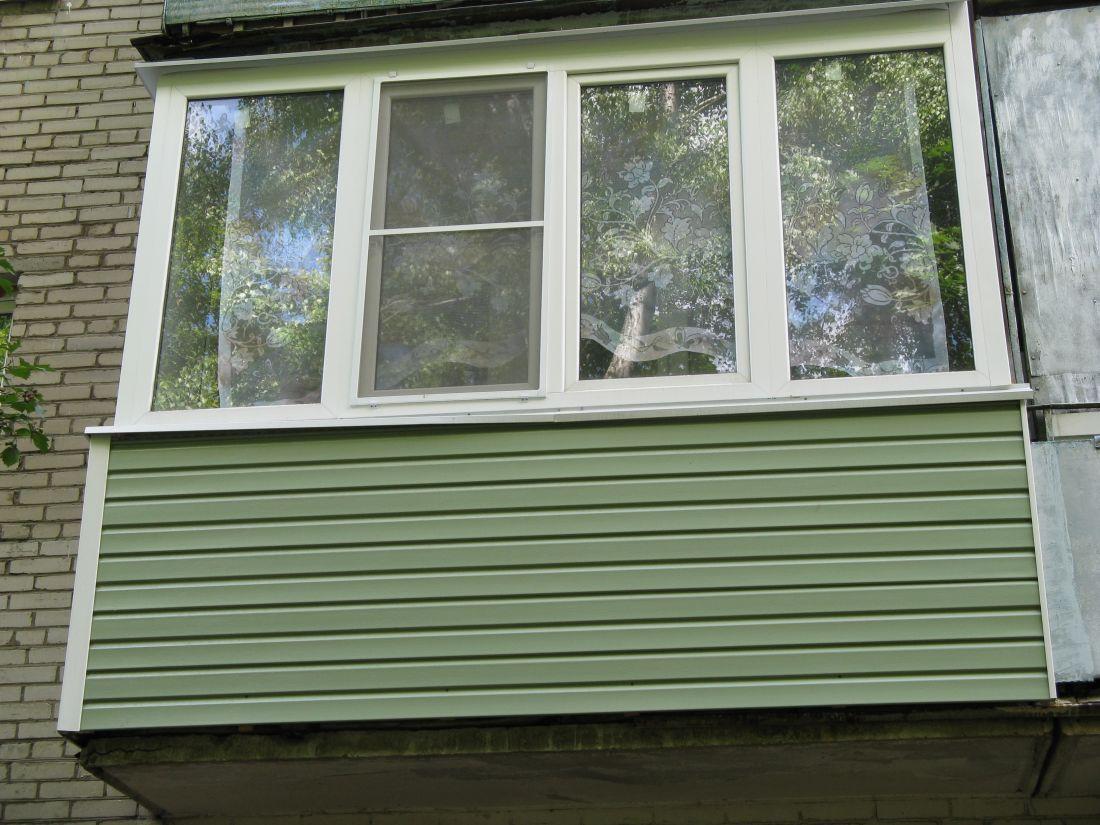 Отделка балкона зеленым сайдингом