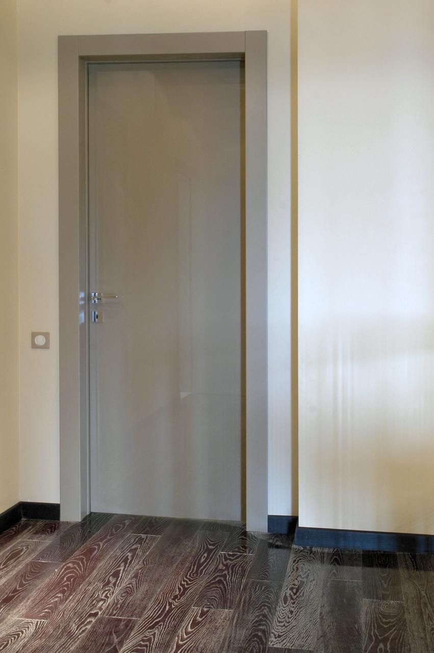Серая глянцевая дверь