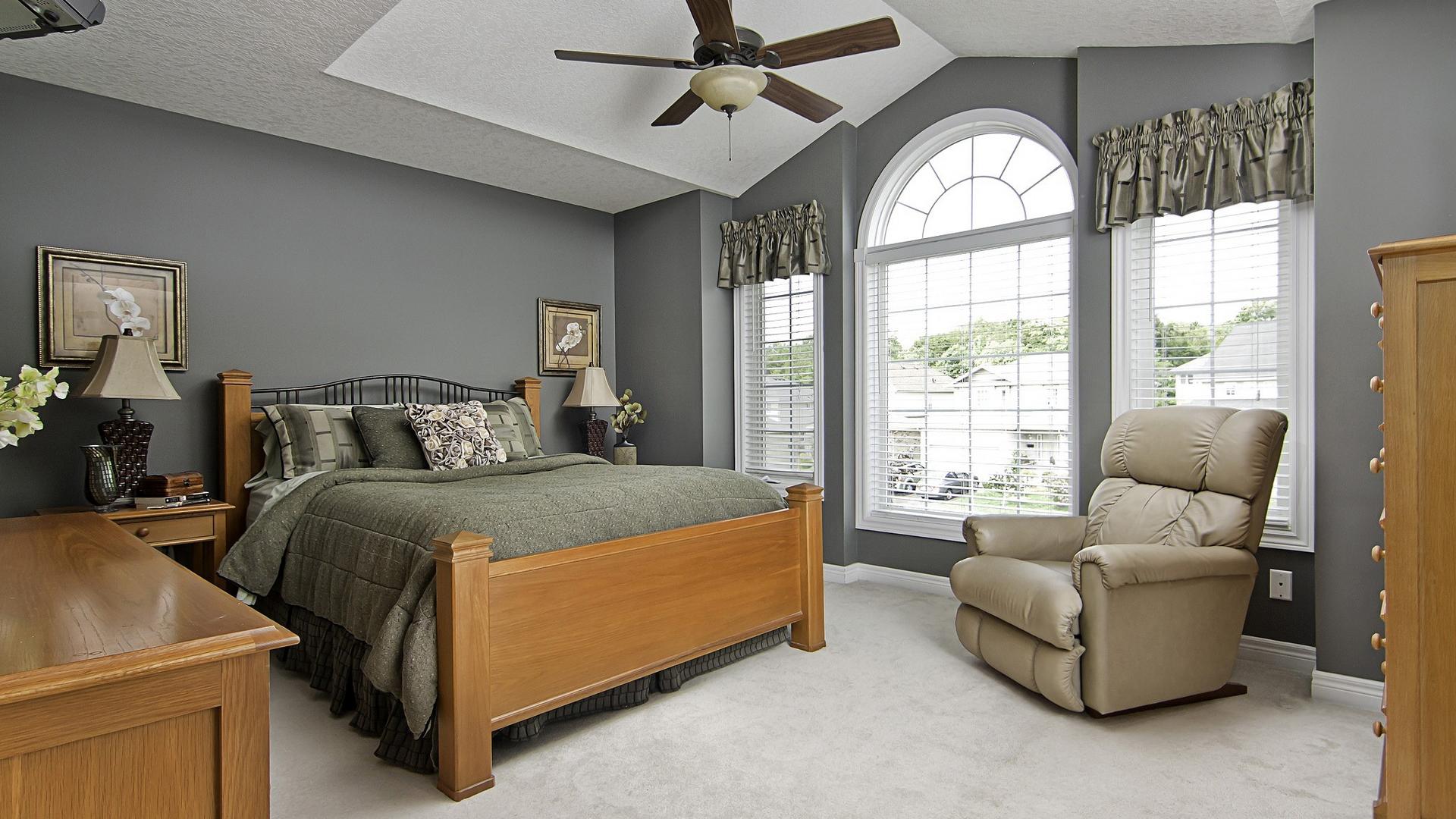 Уютная спальня серого цвета
