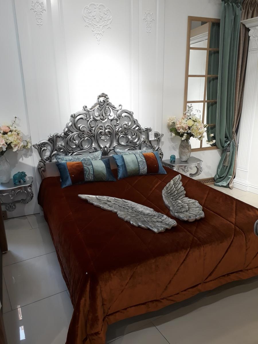 Резная кровать с серебряным изголовьем