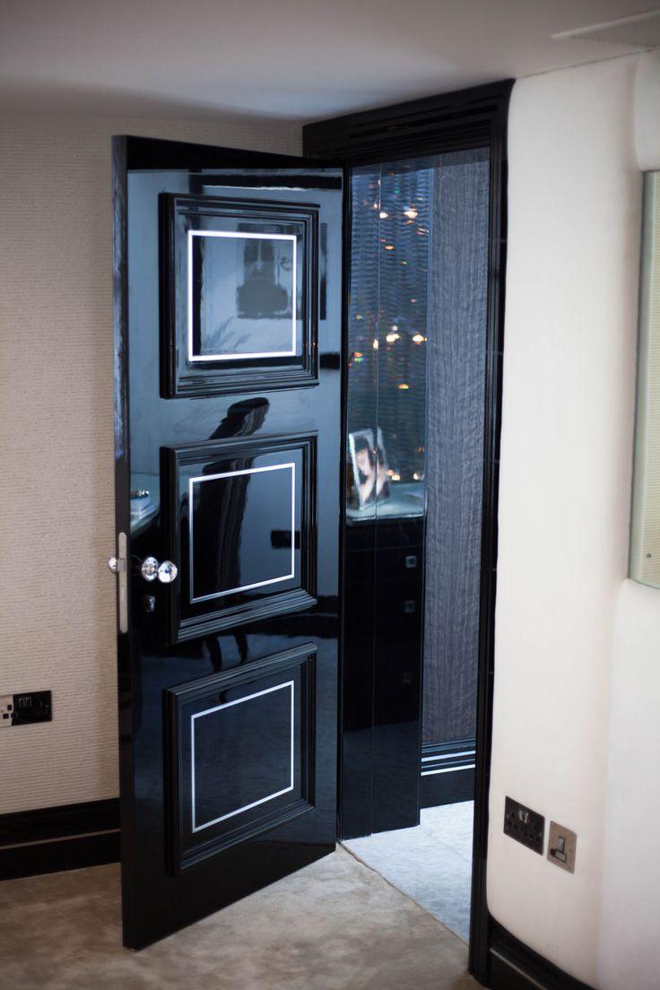Глянцевая дверь с серебряной отделкой