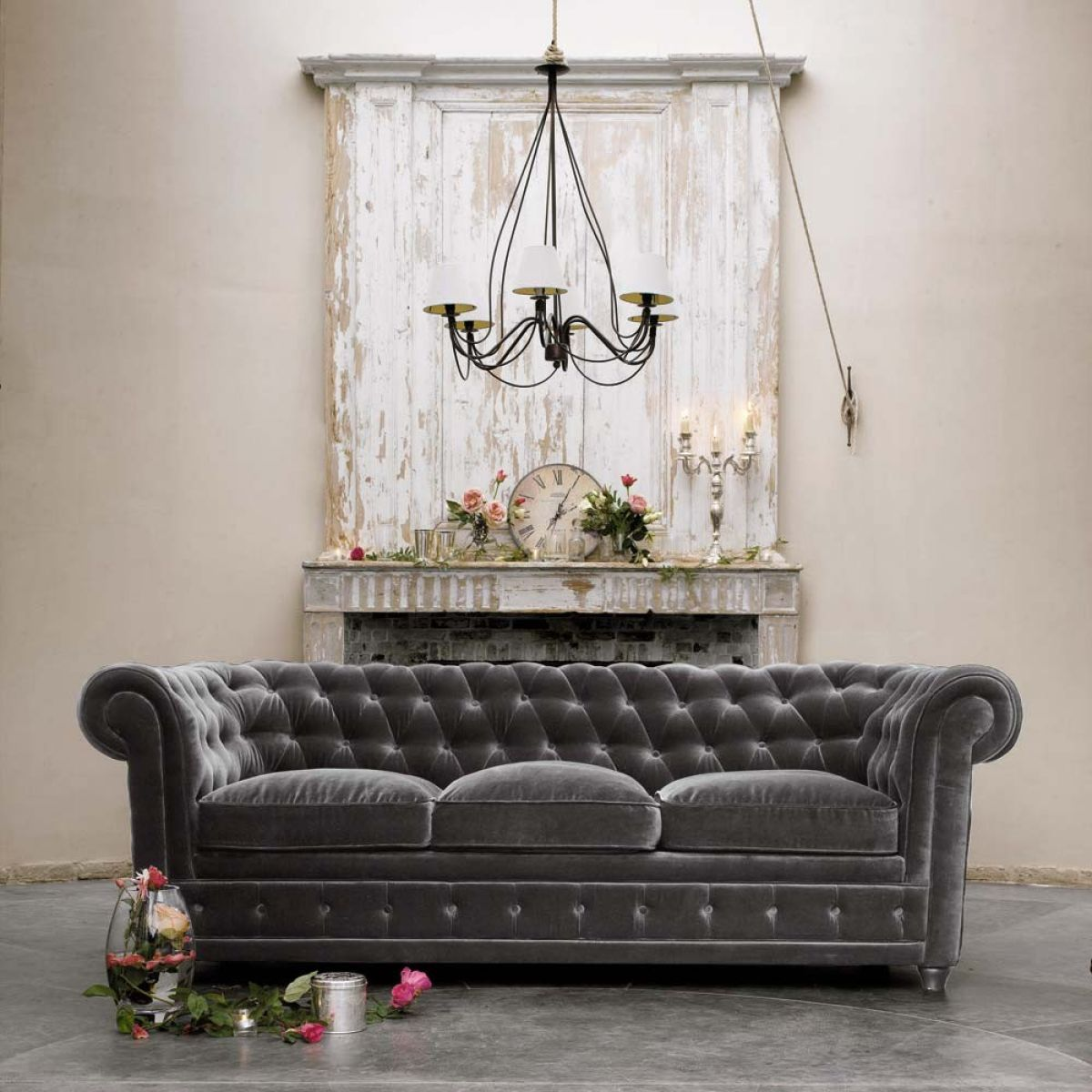 Серый велюровый диван