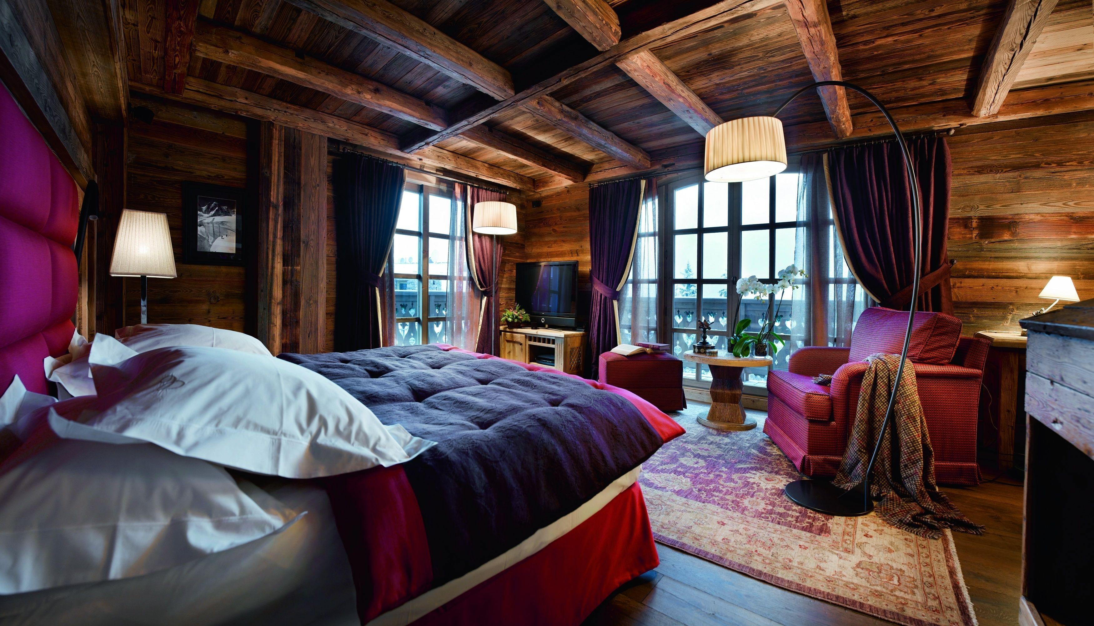 Уютная спальня в стиле шале