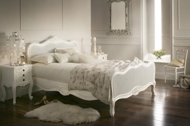 Белая кровать в стиле шебби-шик