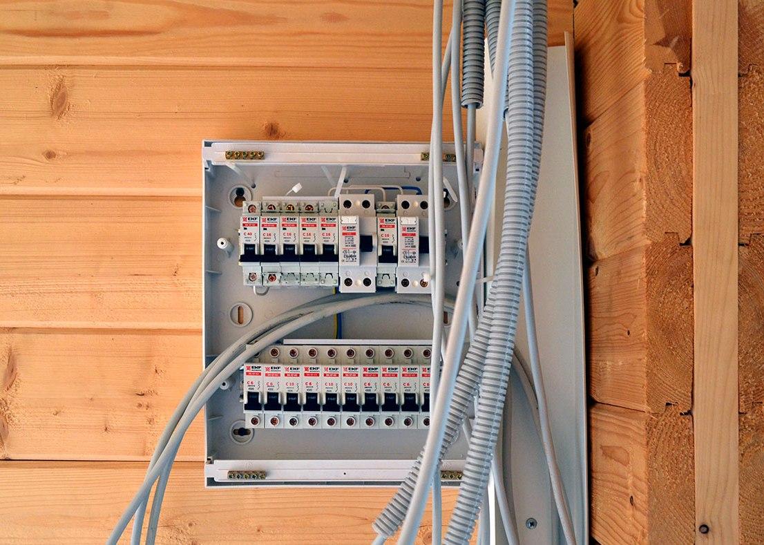 Щиток с электропроводкой в доме