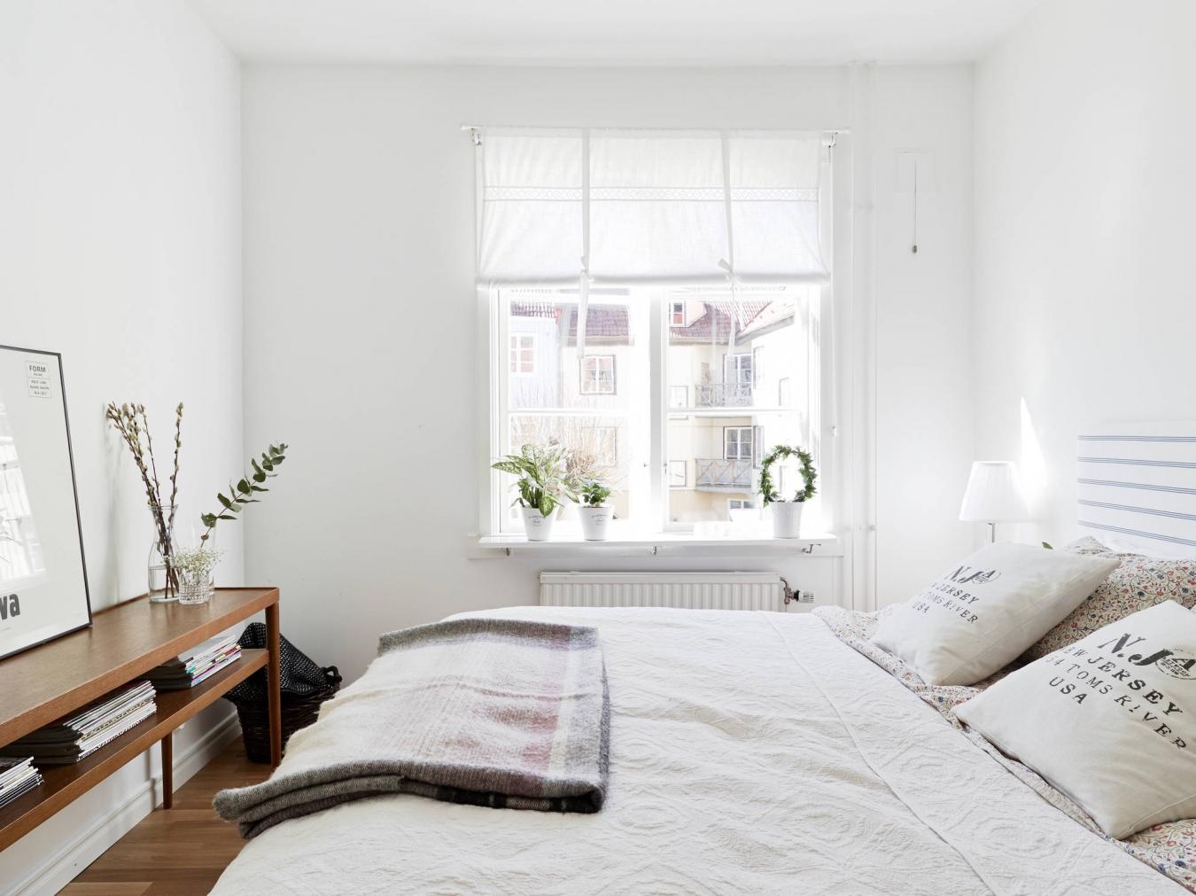 Штора в спальне в скандинавском стиле