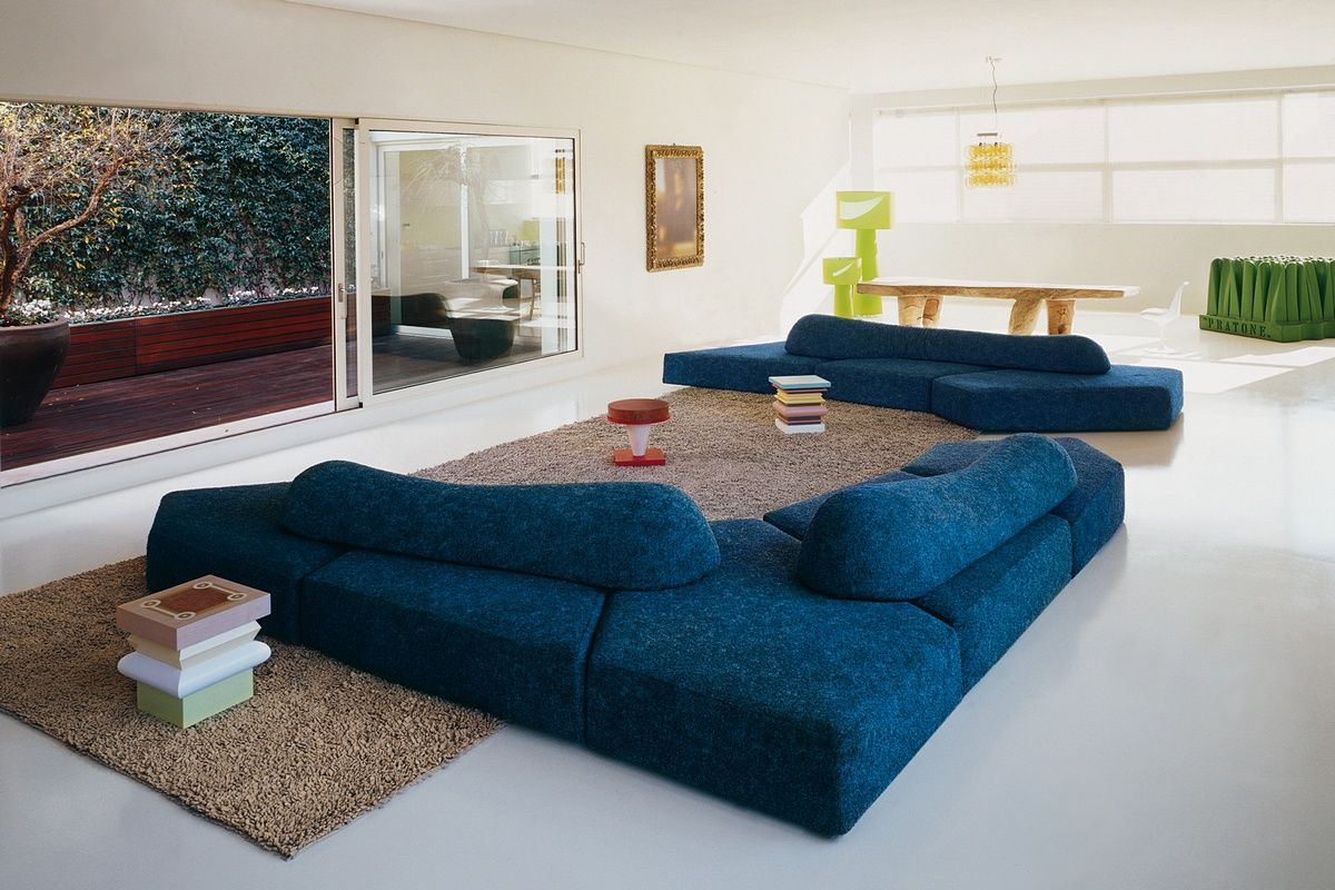 Синий бескаркасный диван