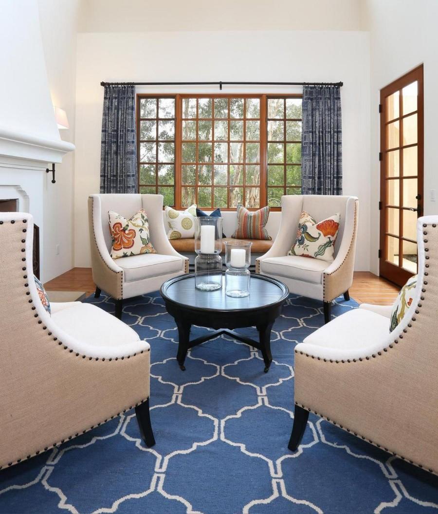Синий ковер в интерьере гостиной
