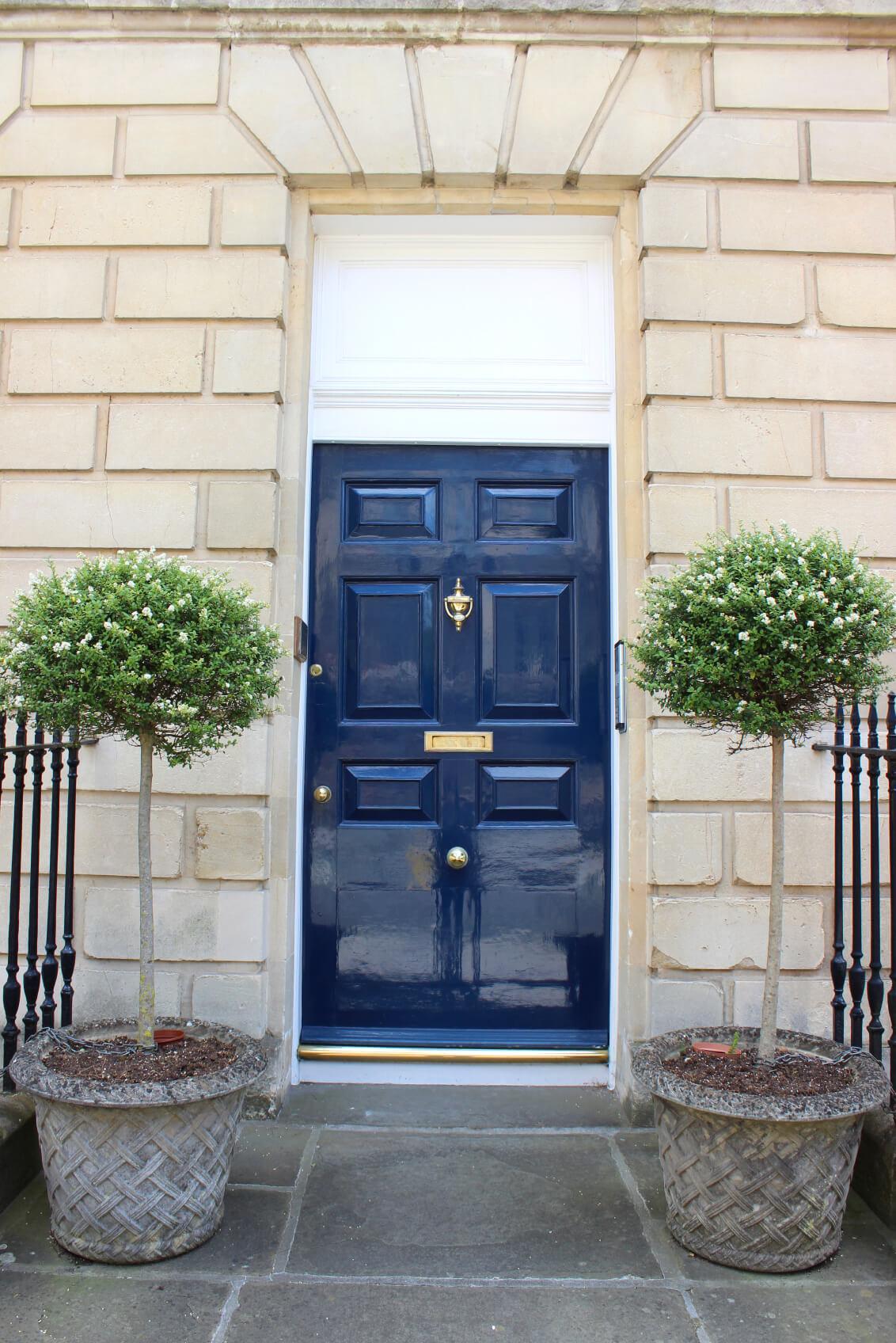 Синяя глянцевая дверь