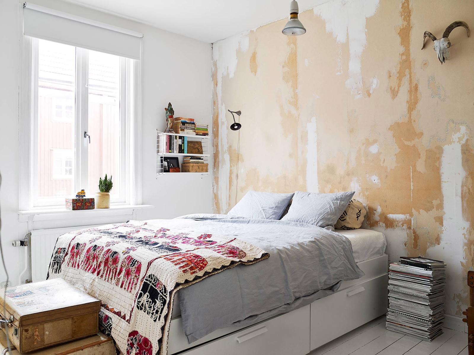 Состаренная стена в спальне в скандинавском стиле