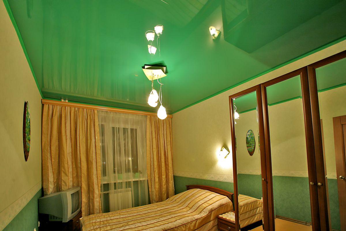 Зеленый потолок в спальне