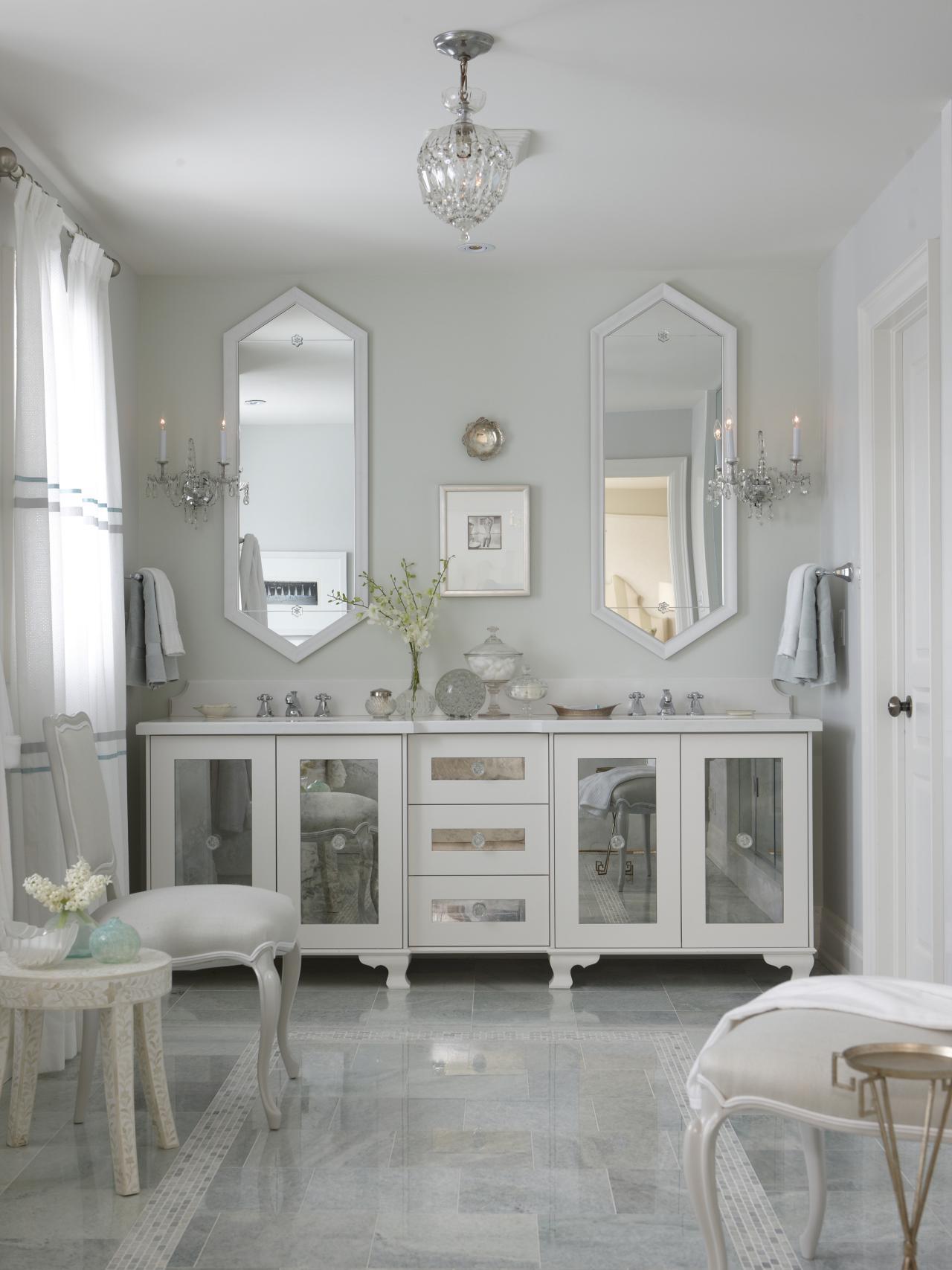 Шкаф со стеклянными дверками в ванной