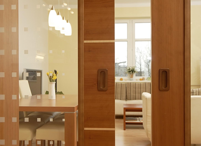 """Дверь цвета """"орех"""" в кухне"""