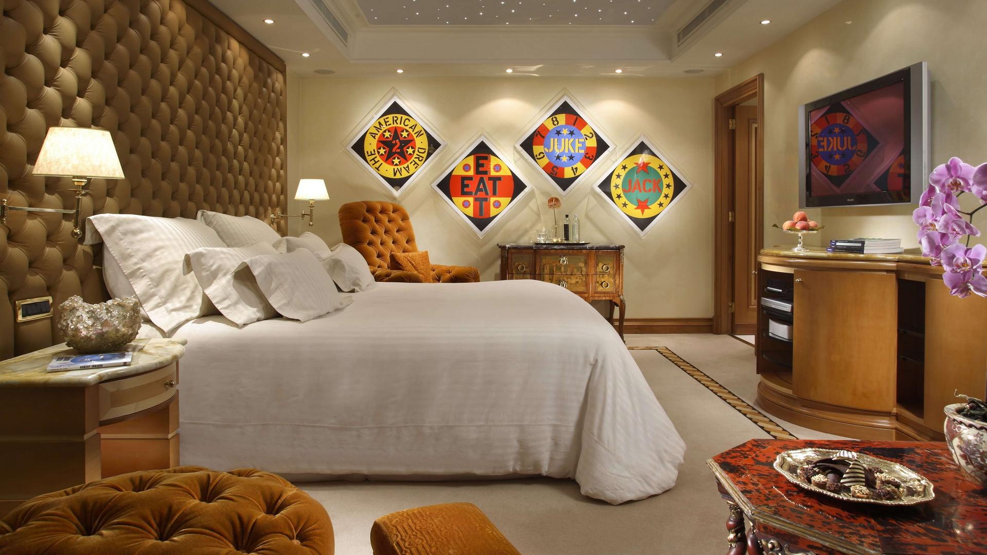 Уютная спальня с мягкой стеной