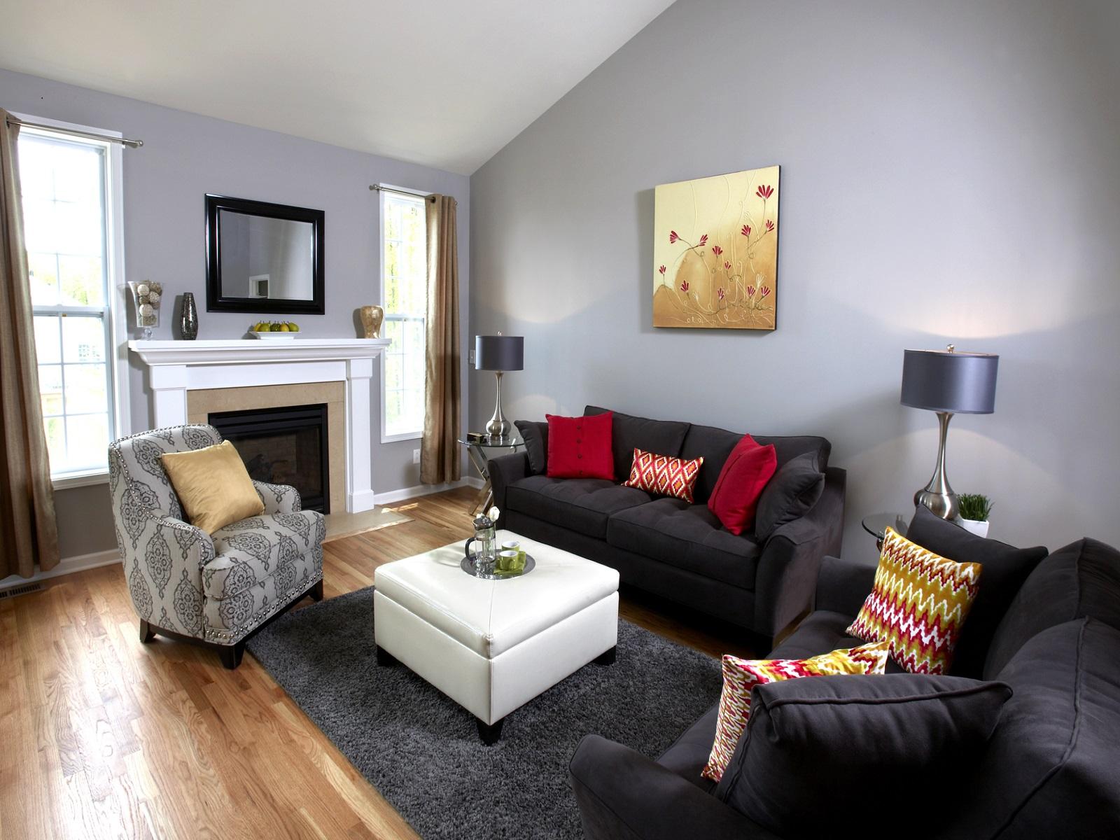 Черный диван с текстильной обивкой