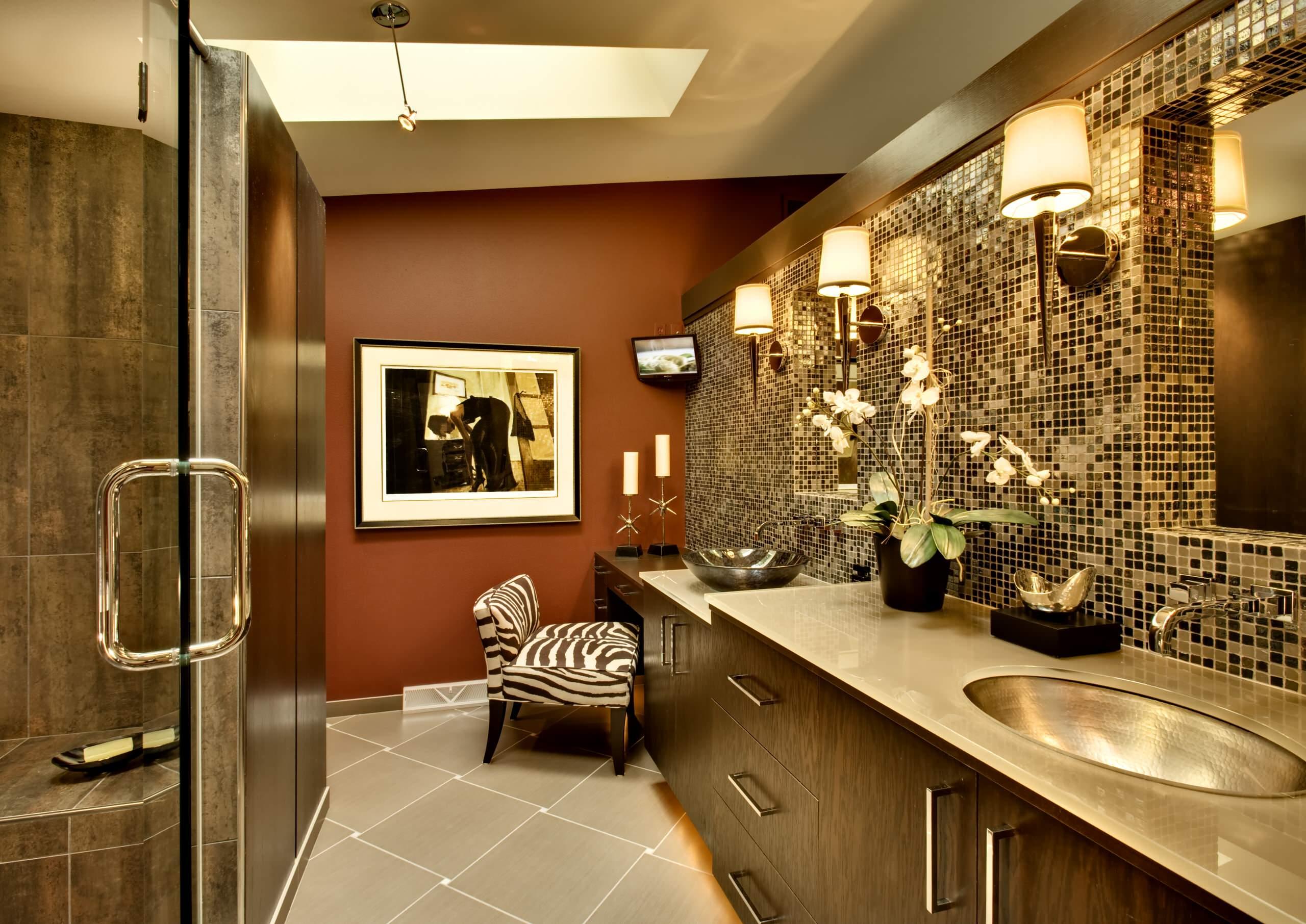 Темно-терракотовый цвет в ванной