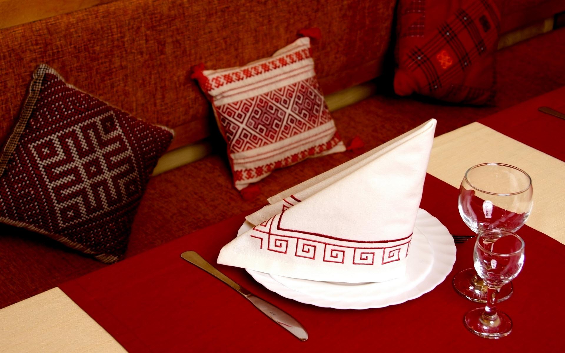 Треугольник из салфетки в сервировке стола