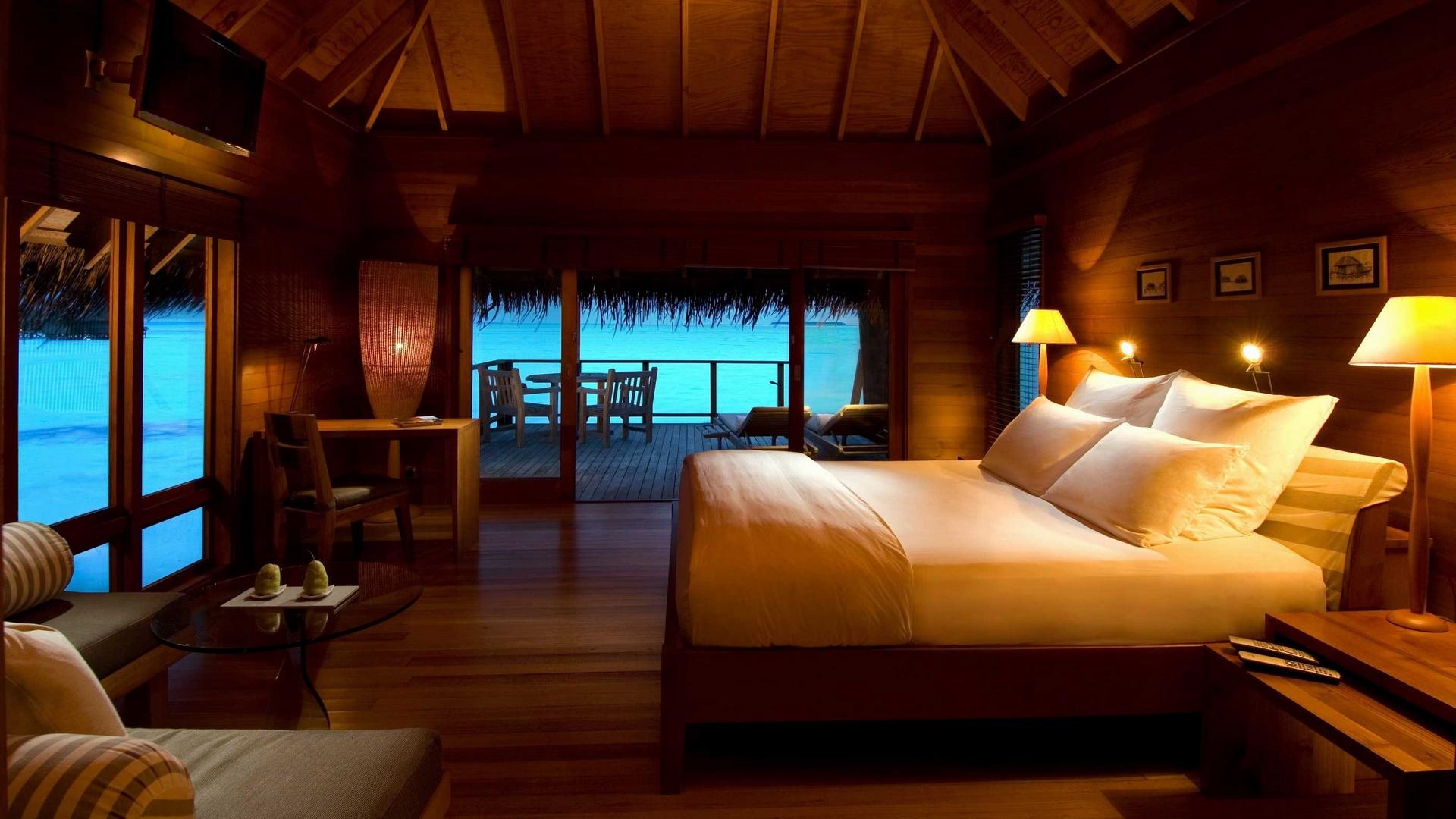 Уютная спальня в тропическом стиле