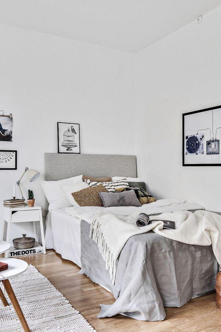 Кровать в углу в спальне в скандинавском стиле