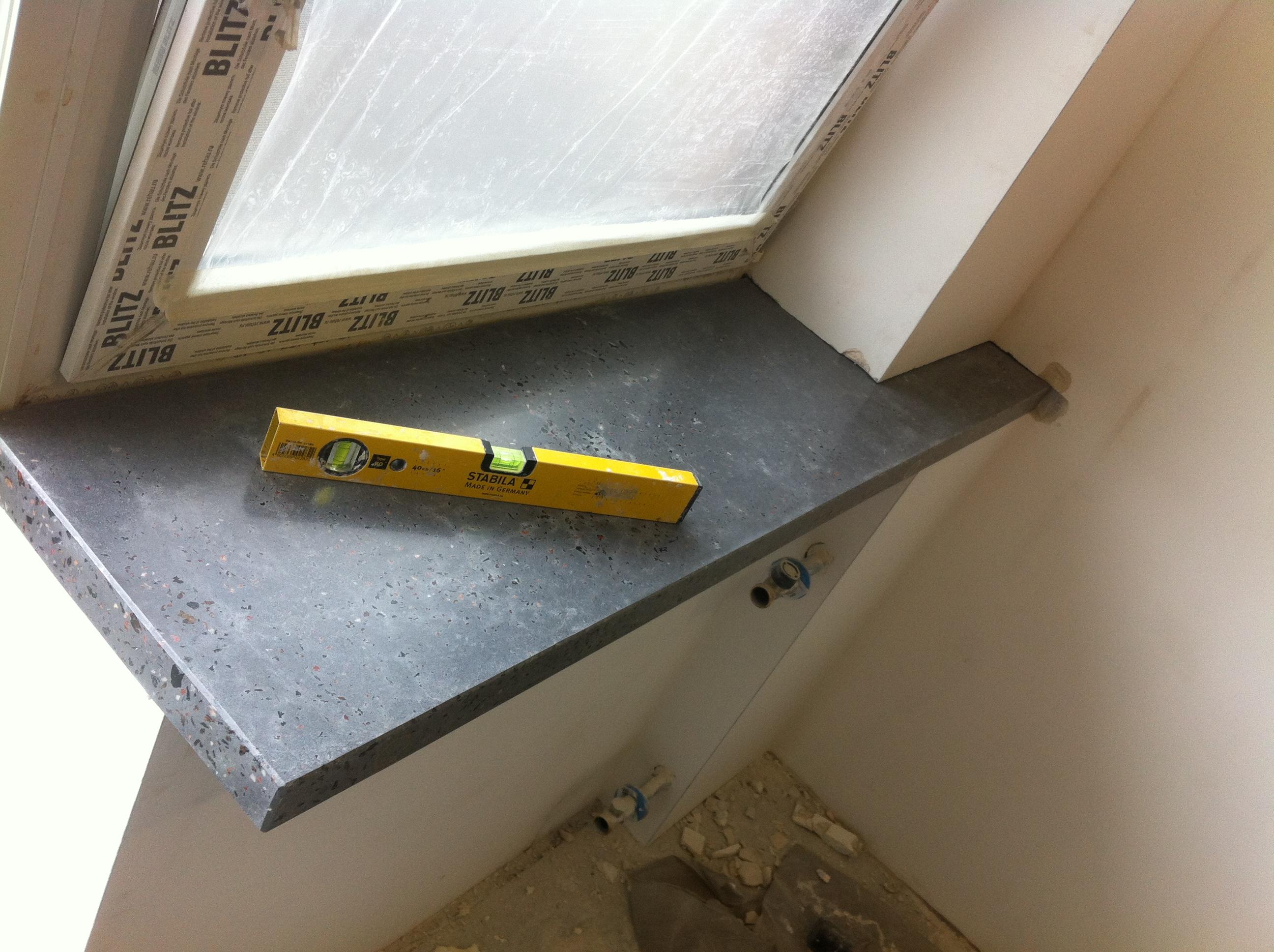 Установка бетонного подоконника