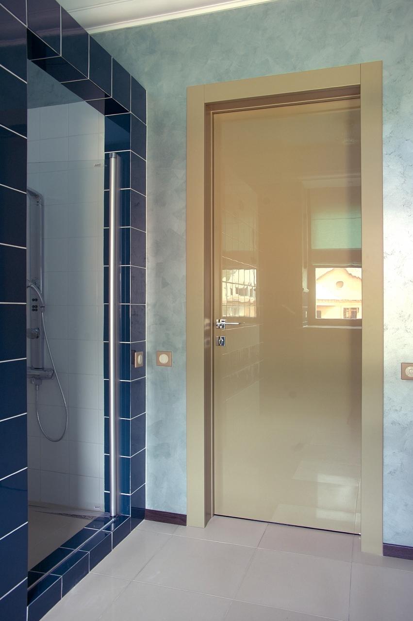 Глянцевая дверь в ванной