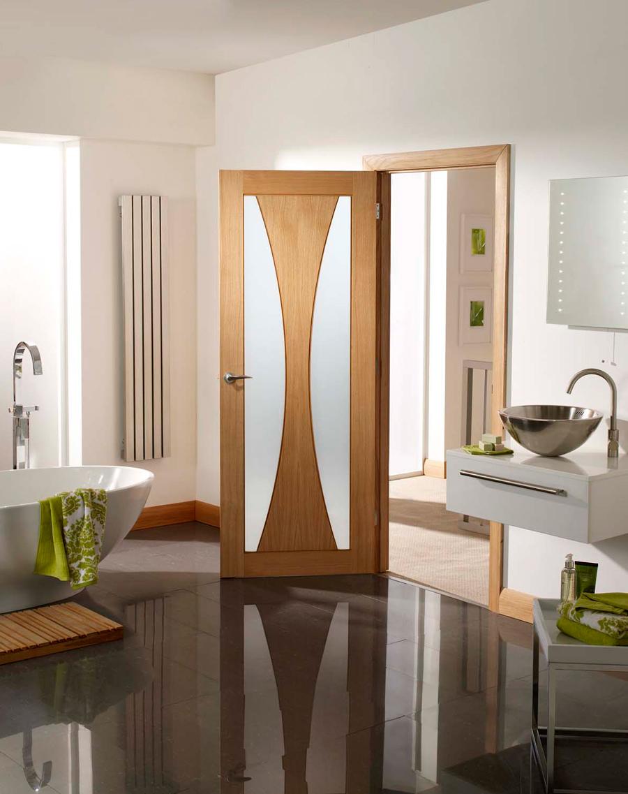 Шпонированная дверь в ванной