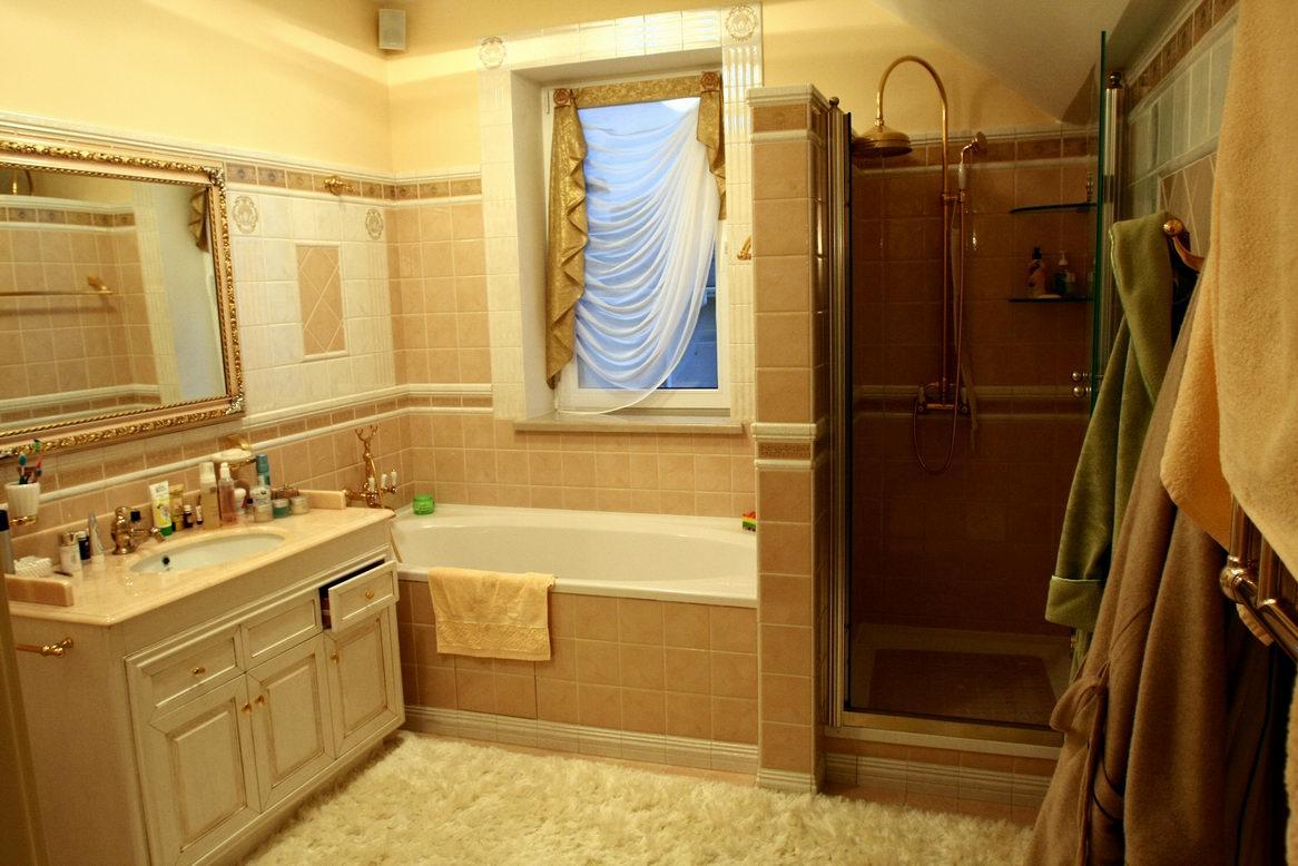 Крючки в интерьере ванной