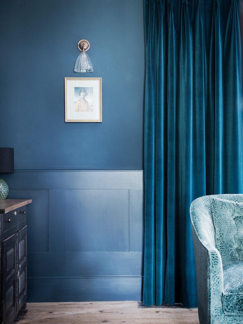 Синие велюровые шторы