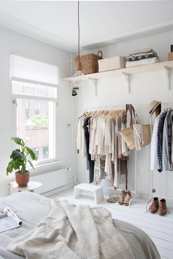 Вешалка для одежды в спальне в скандинавском стиле