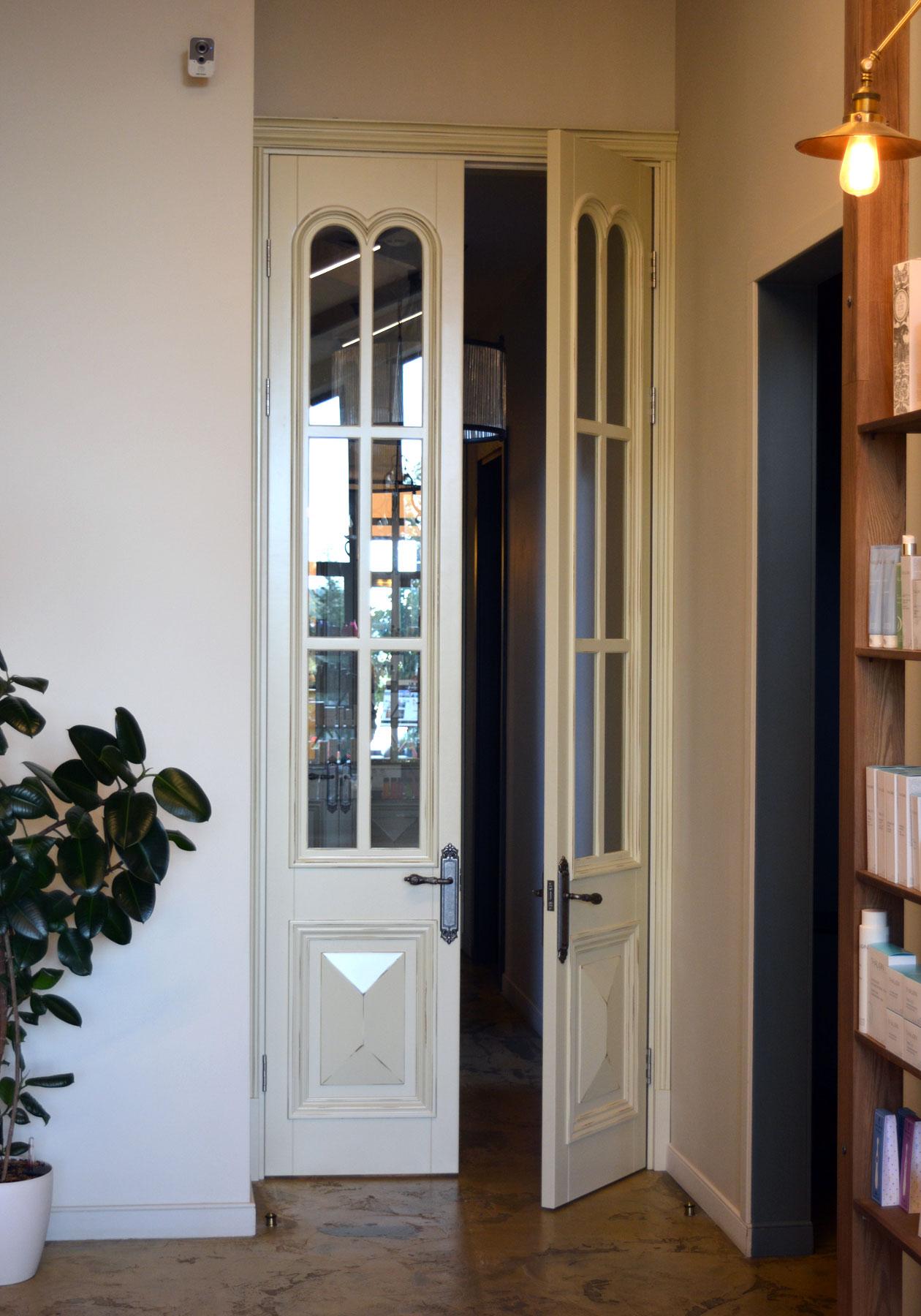 Двустворчатая высокая дверь