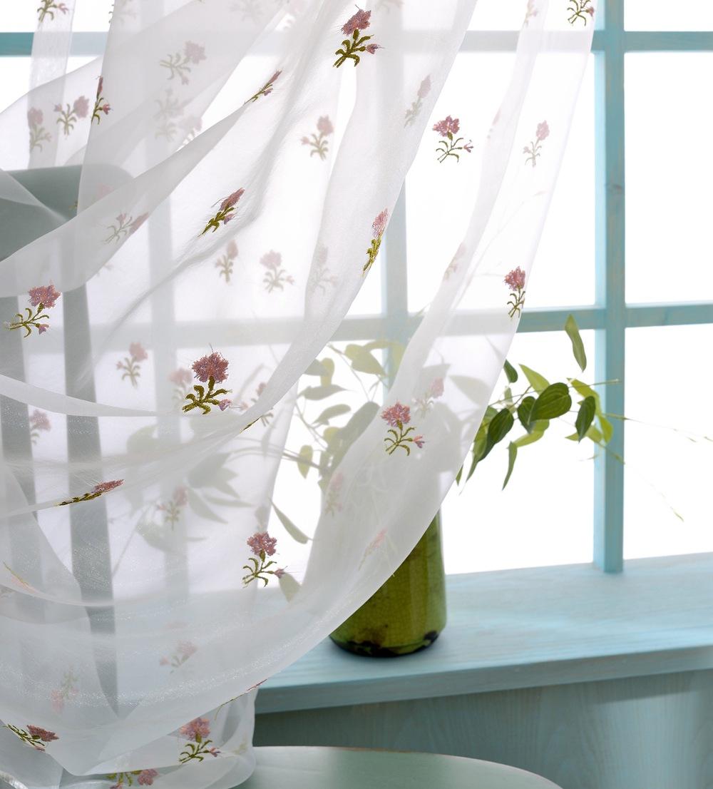 Тюль с вышитыми цветочками в гостиной
