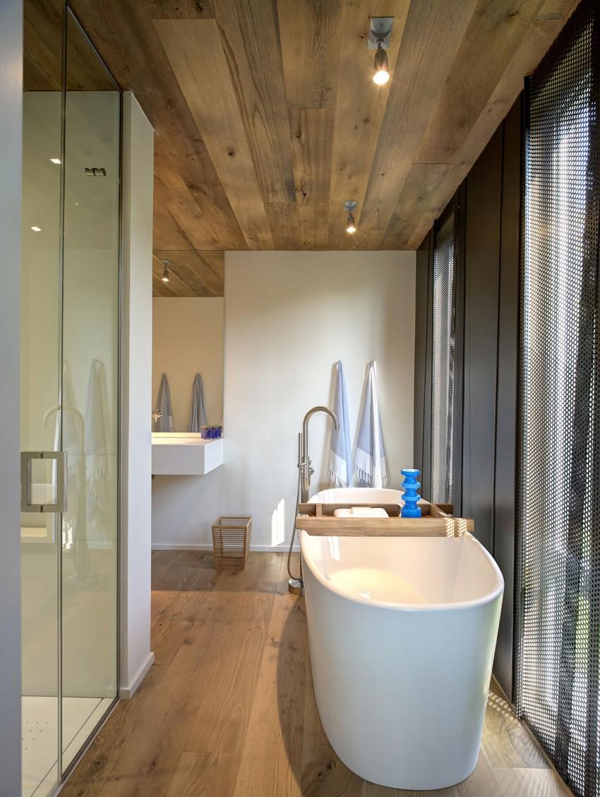 Овальная ванна в загородном доме