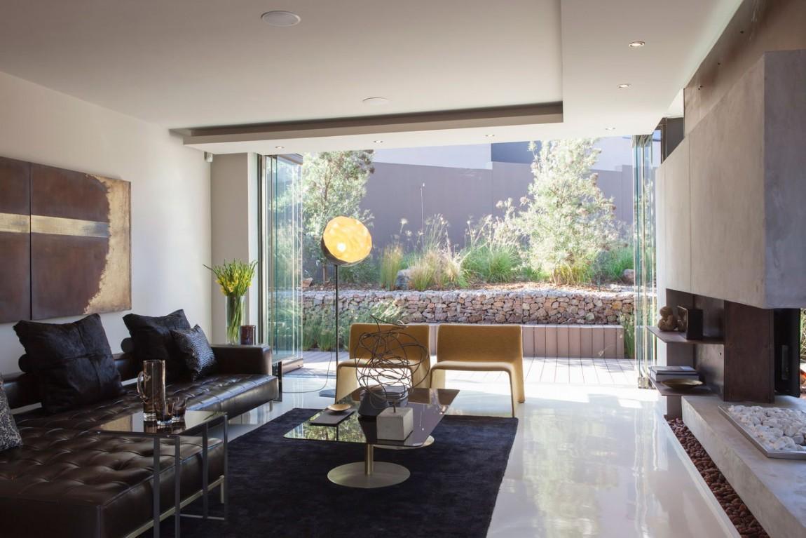 Черный диван в интерьере загородного дома