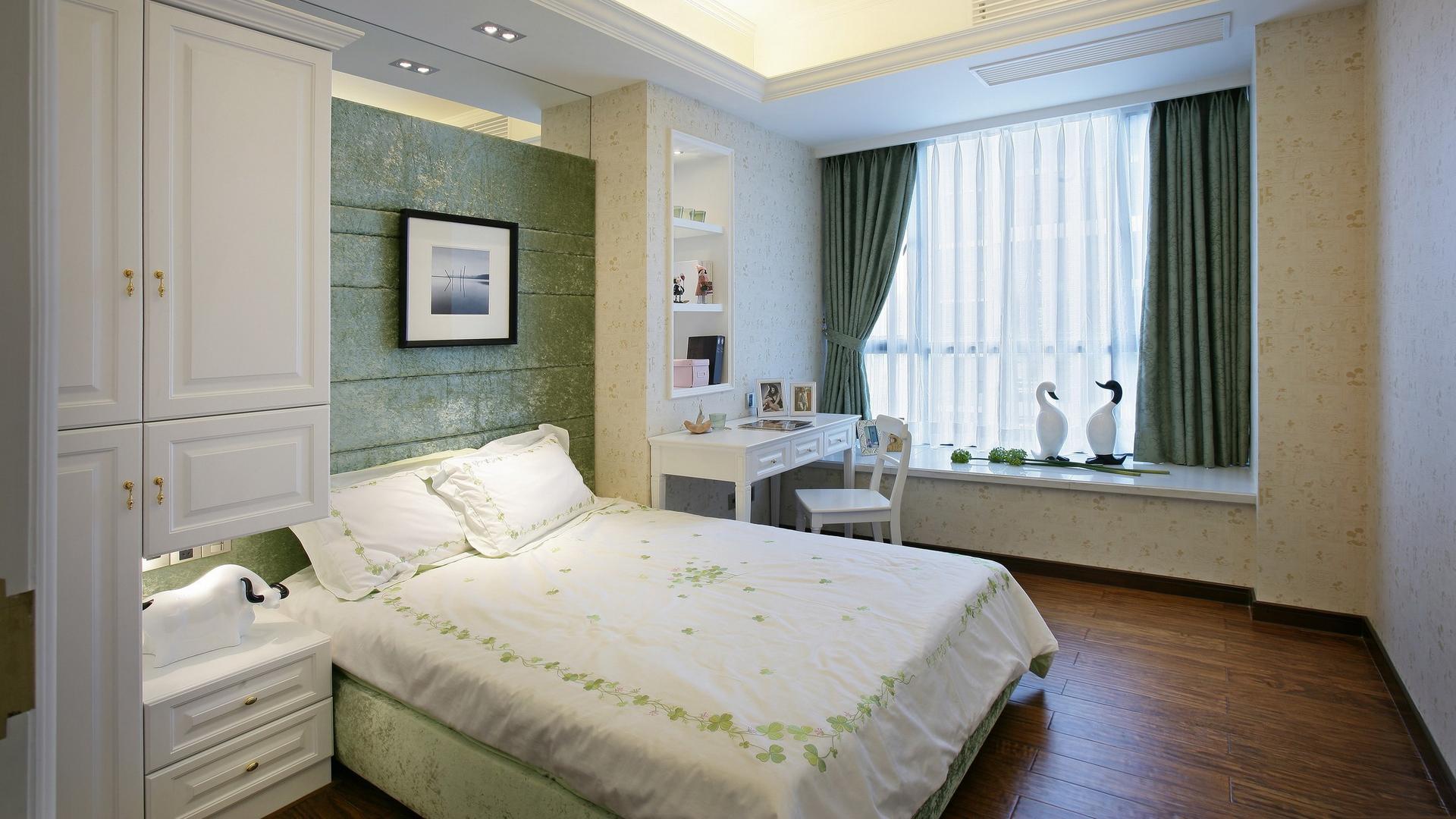 Уютная зеленая спальня